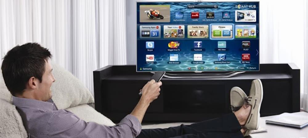 homme regardant la tv dans le salon