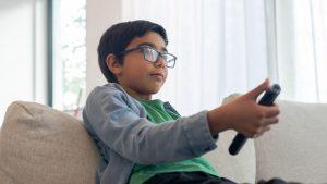 enfant regardant la télé